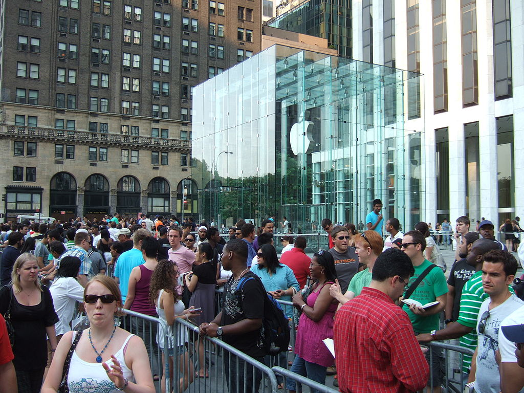 Line at Apple Store in NYC